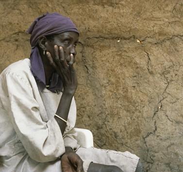 Kvinna från Nialdhiuområdet som tvingats fly på grund av regeringstruppers attacker 2002.